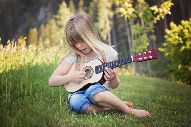 petite-fille-guitare
