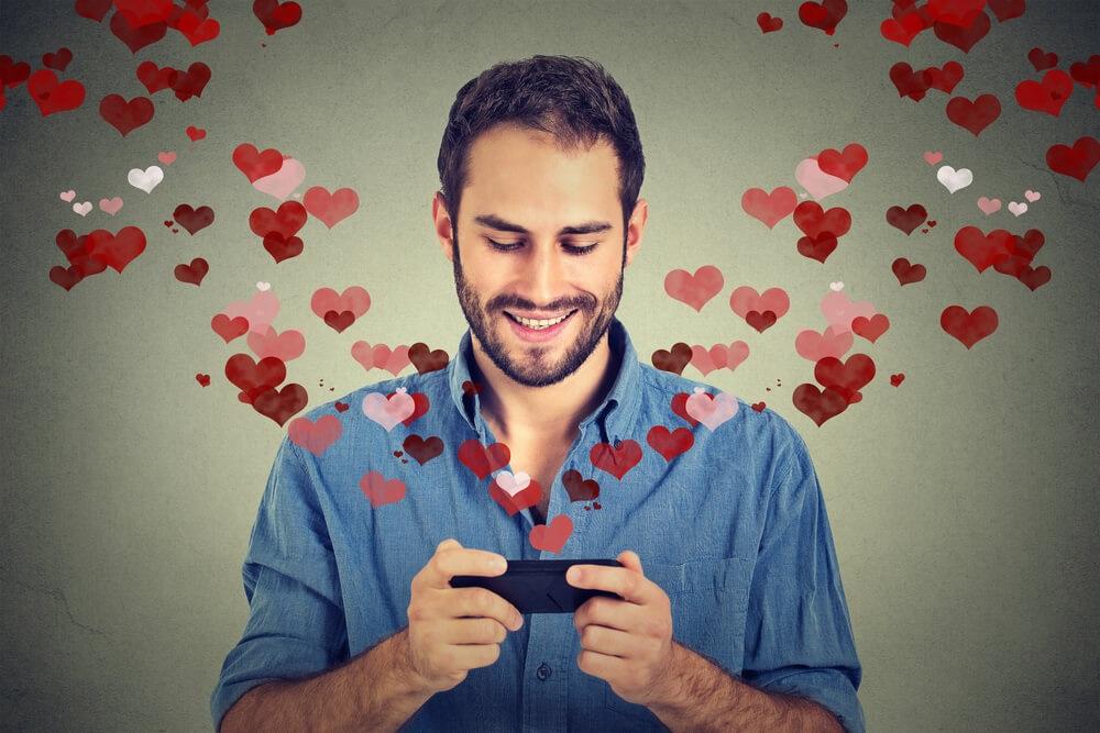 homme-smartphone-coeur