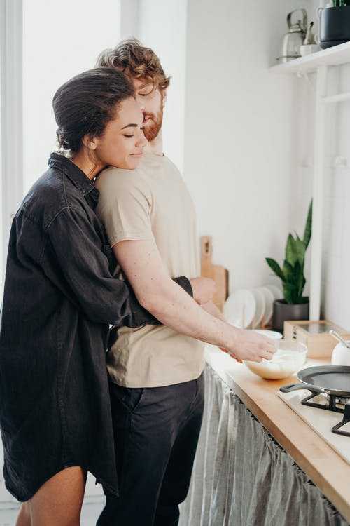 couple-calin-cuisine