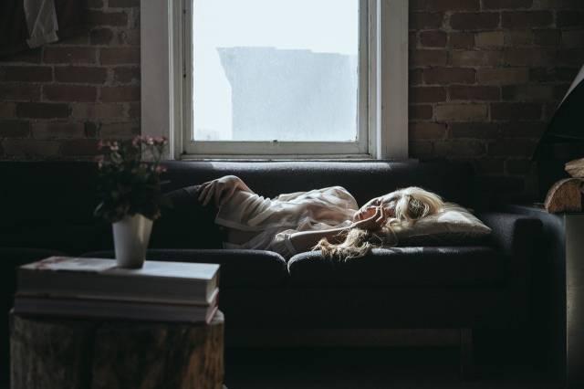 femme-sieste-canape