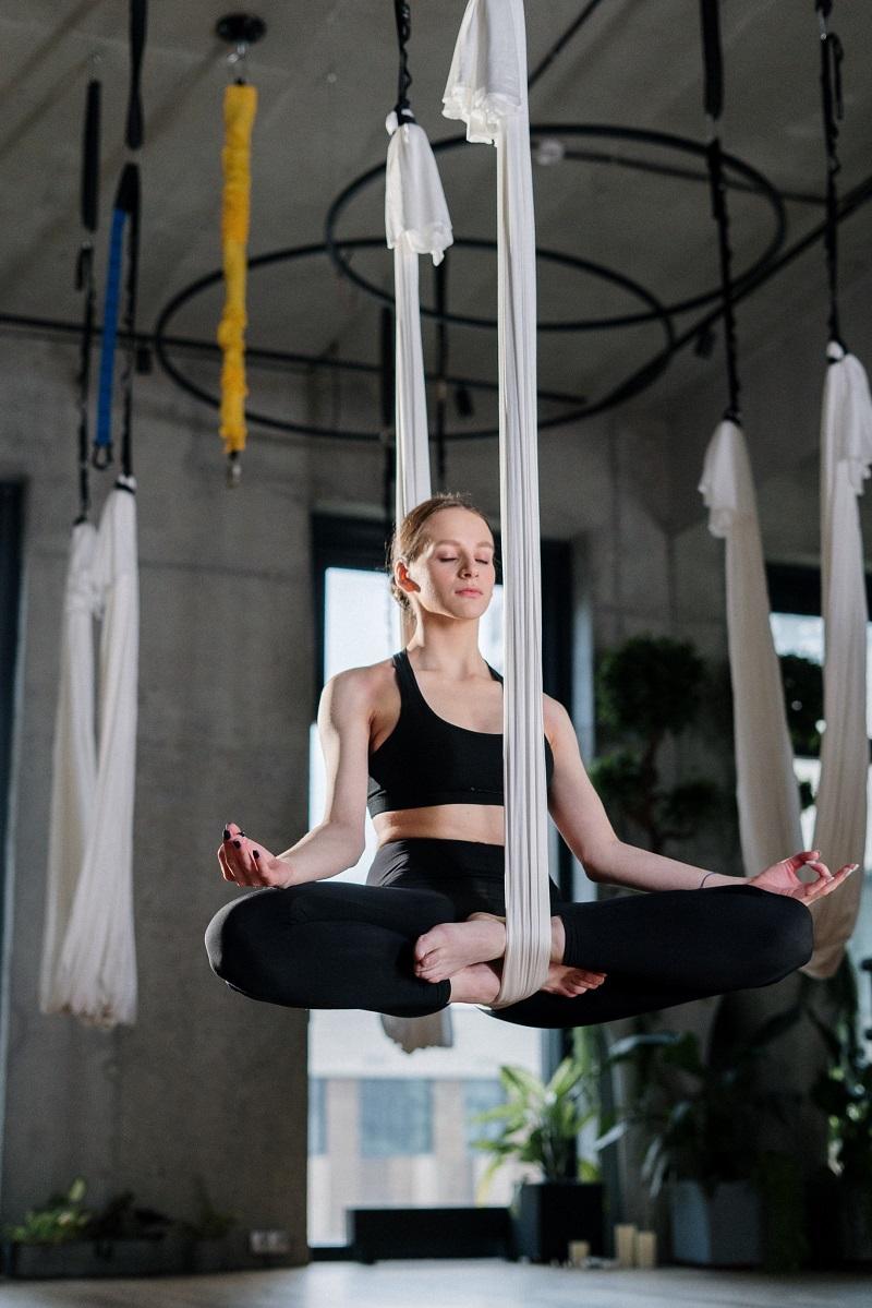 femme-yoga-suspendue