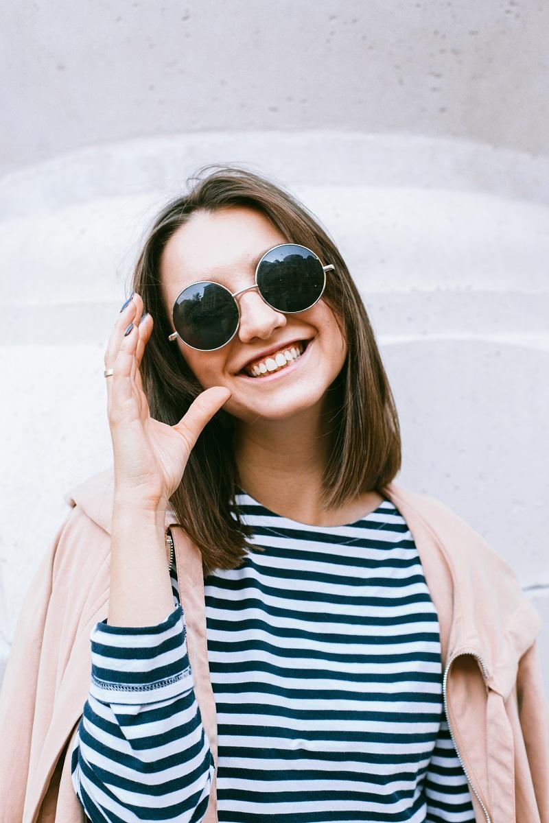 femme-lunettes-soleil