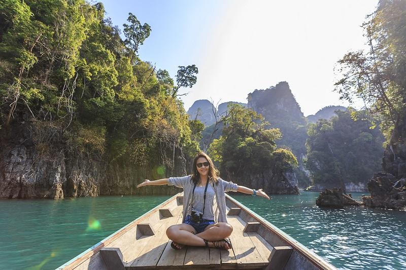 bateau-femme-eau-turquoise
