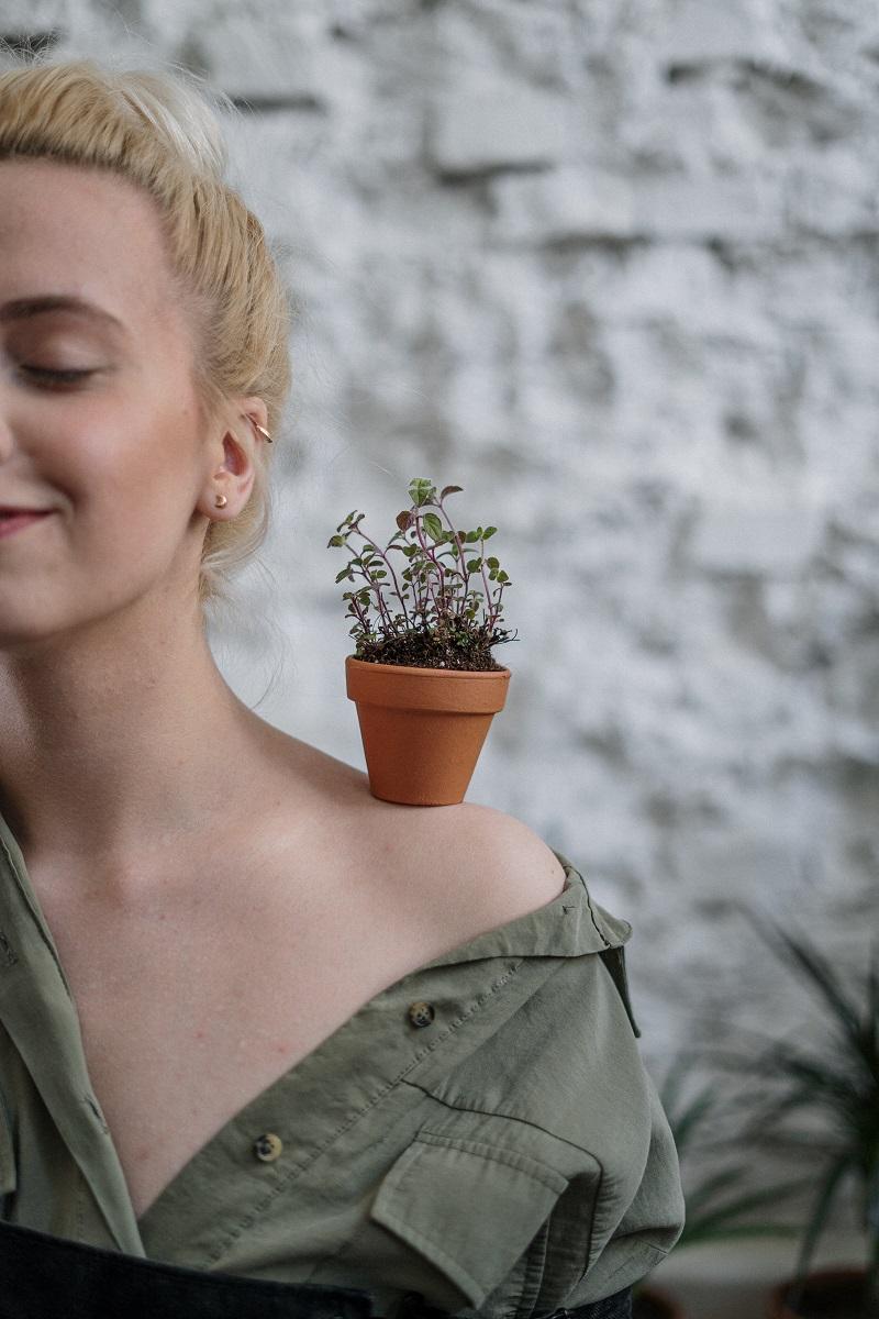 pot-fleurs-epaule-femme