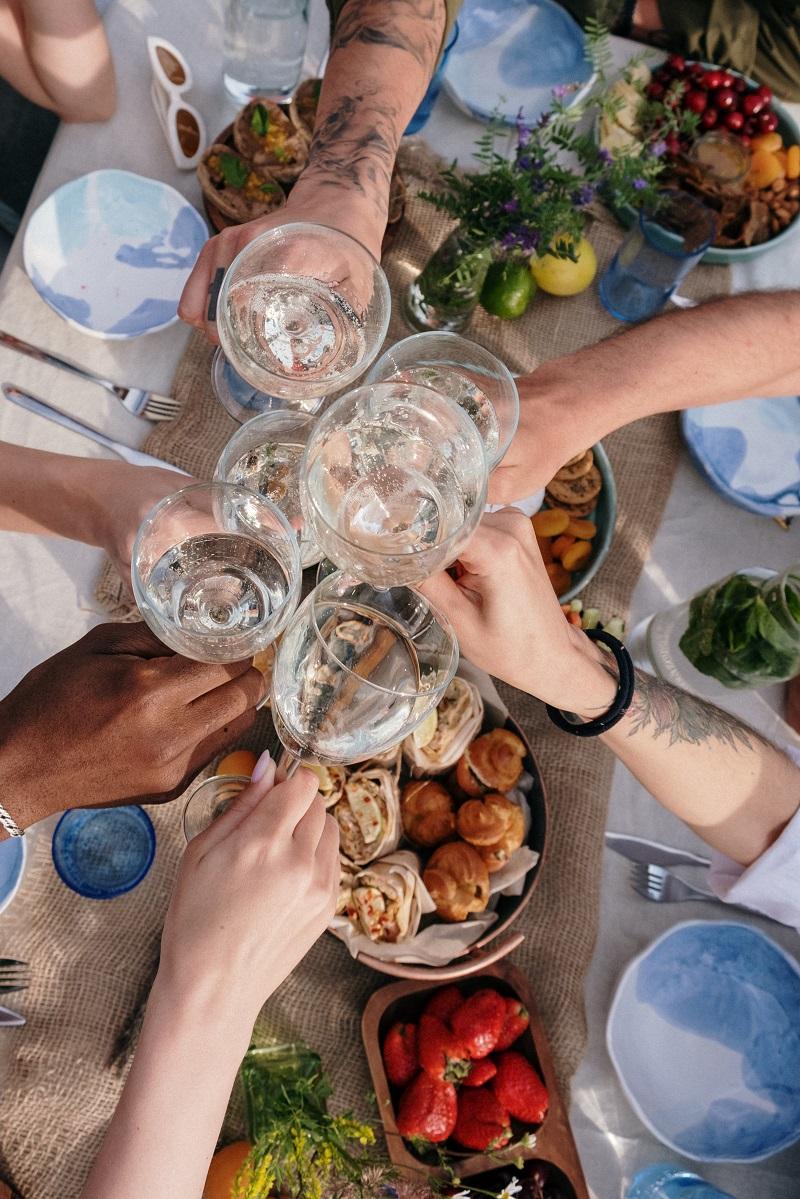 repas-verres-vin-amis