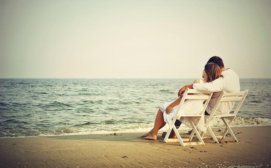 couple-amoureux-sur-la-plage