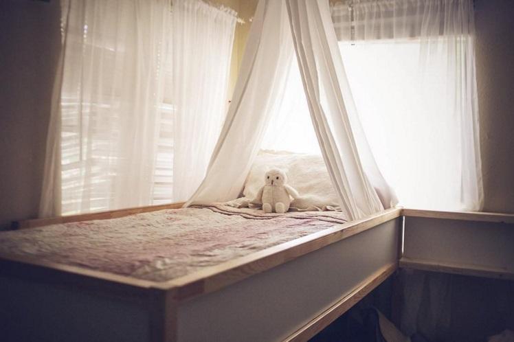 L 39 astuce ikea qui permet cette famille de 7 de dormir tous ensemble dans le m me lit so busy - Comment faire l amour tout nu dans le lit ...