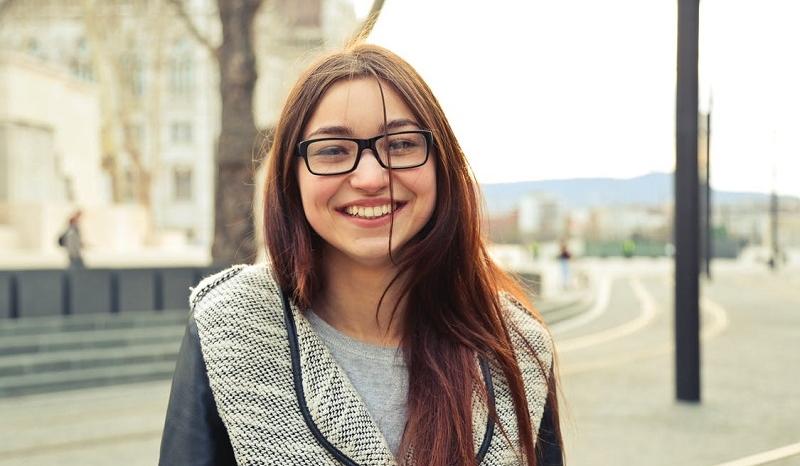 6aa0587be6 par Mylène Bien choisir ses lunettes pour mettre en valeur son visage,  c'est essentiel car tous les modèles ne rendent pas pareil sur des  personnes ...