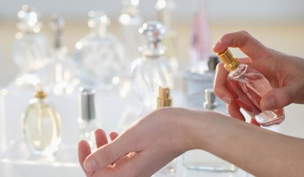 l 39 astuce infaillible pour que votre parfum tienne toute la journ e so busy girls. Black Bedroom Furniture Sets. Home Design Ideas