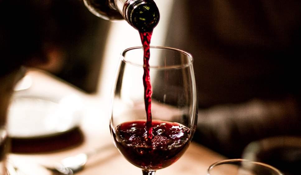 Boire 6 verres de vin par semaine augmente autant les