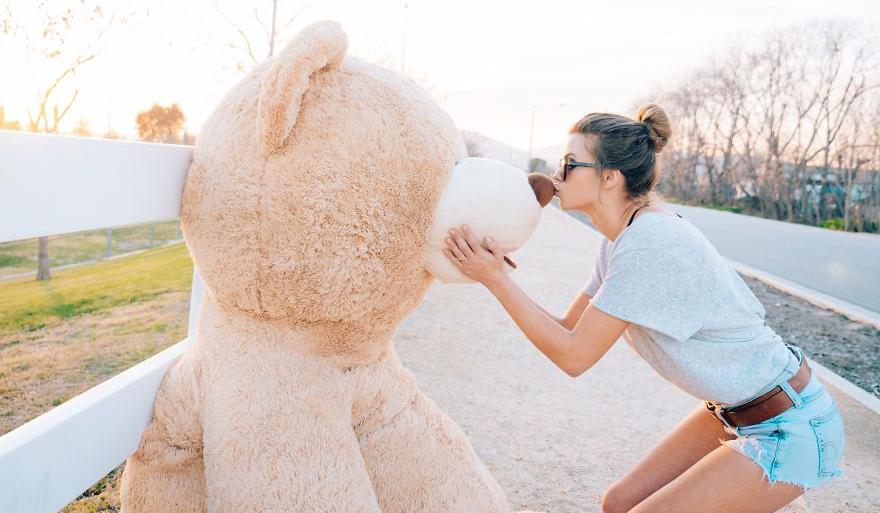 ils emportent leur ours en peluche g ant partout avec eux et partagent leurs photos de voyage. Black Bedroom Furniture Sets. Home Design Ideas